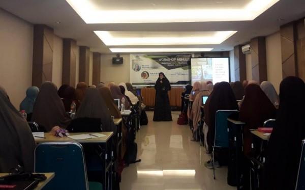Tingkatkan Literasi, Daiyah Wahdah Diminta Kreatif Menulis Buku